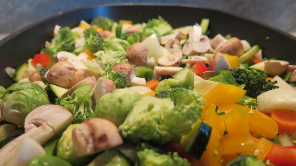 Geschnittenes Gemüse für mediterranes Ofengemüse